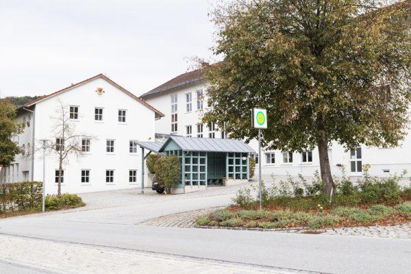 Schulhaus mit Turnhalle